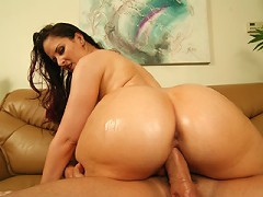 Sexy slut knows how to use her phat, juicy, ass!